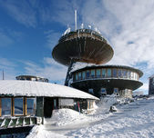 Astronomical observatory and hostel on the big mountain during the winter — Foto Stock