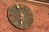 在市政厅塔在克拉科夫,波兰的红墙金时钟 — 图库照片