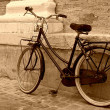 Old bicycle leaning on a wall — Stock Photo
