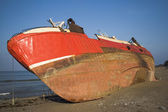 Boat stranded on the beach of Mutriku, Gipuzkoa, Spain — Stock Photo