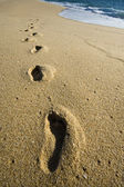 Footsteps on beach — Stock fotografie