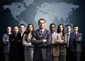 Podnikatelé stojící před mapu země