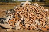 Mucchio di mattoni, cemento e altri usati materiali da costruzione