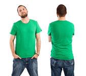 Muž nosí prázdné zelené tričko