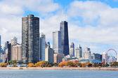 Skyline urbano della città di Chicago con grattacieli sul lago michigan con cielo nuvoloso
