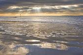 Lenyűgöző inspiráló naplementés kép-val izzó v. gerendák, füves, homok
