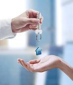 Ember átadta egy ház kulcsát egy nő