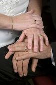 Un primo piano delle mani di un paio di nozze