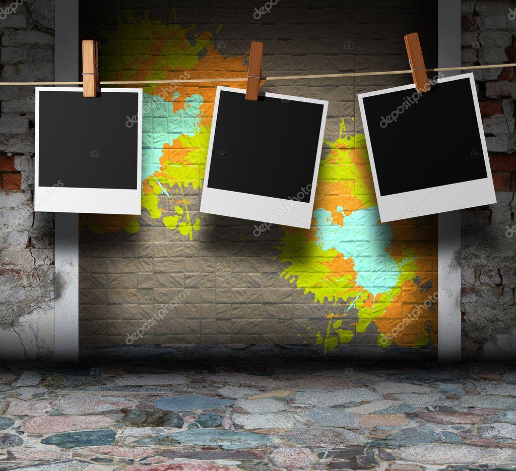 interior de grunge de mosaico con marcos de fotos instantáneas ...