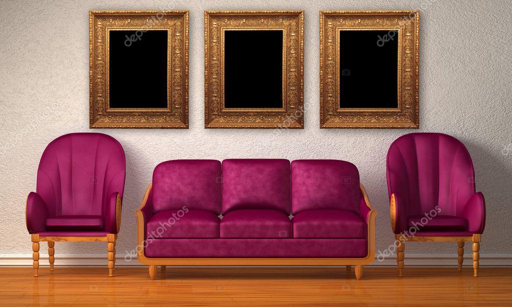 Twee luxe stoelen met paarse bank en foto frames in minimalistische
