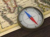 staré mapy a kompasu na stůl