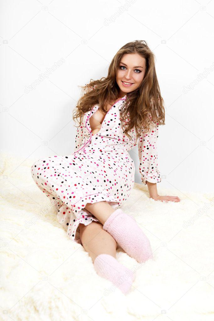 Foto di un dolce giovani donne in pigiama rosa sul letto foto stock artgo biz 7824330 - Foto di donne sul letto ...