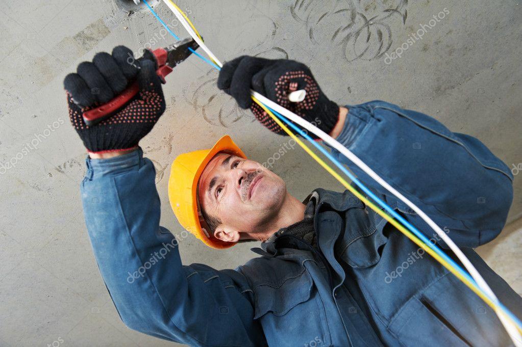 Elektriker bei der Verdrahtung Arbeit — Stockfoto © kalinovsky #7468815