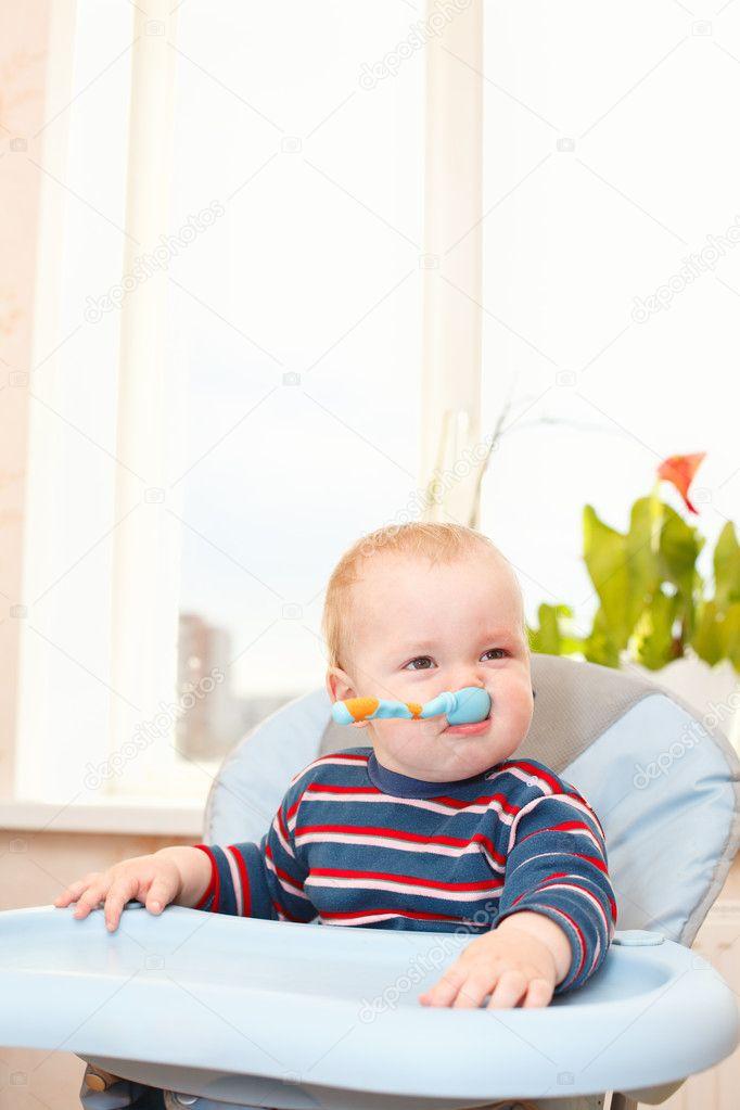 Hoge Stoel Voor Kind.Klein Kind In Hoge Stoel Zitten En Zwaaien Zijn Lepel Stockfoto