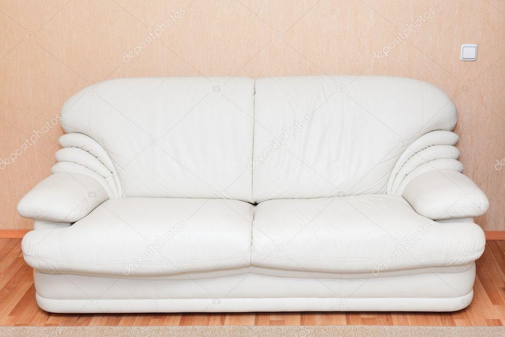 Witte lederen bank in het interieur van de kamer niemand