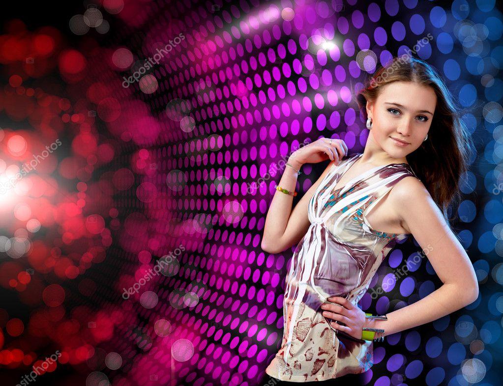 joven mujer bailando en discoteca — Fotos de Stock © SergeyNivens ...
