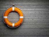 Fotografie Záchranný kruh na dřevěné stěně obrazce