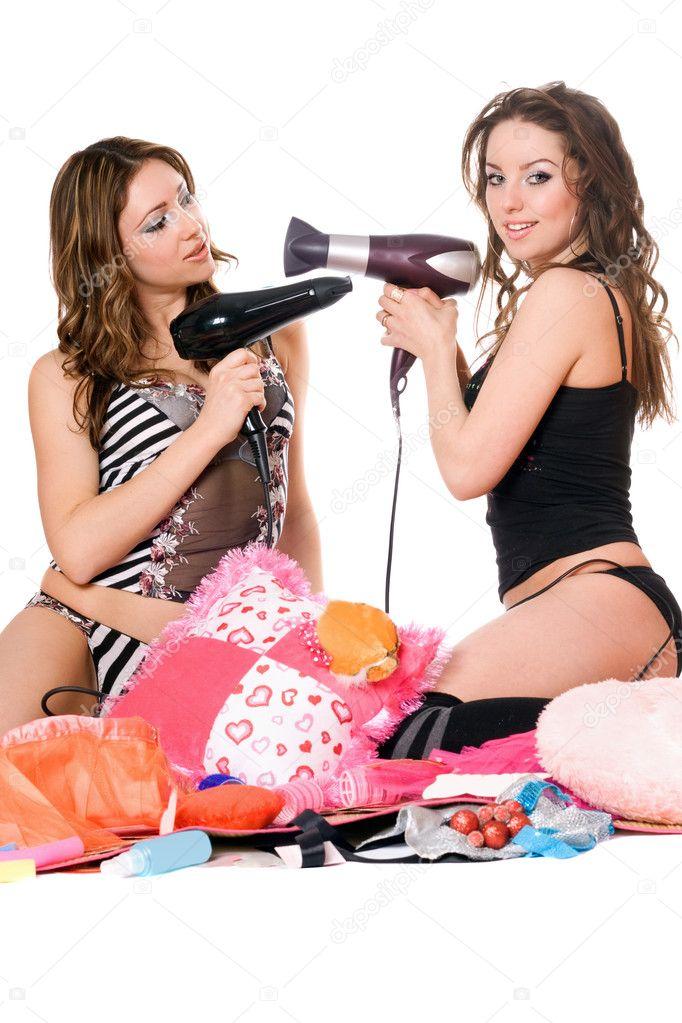 Две молоденькие девки развлекаются с другом на полную катушку
