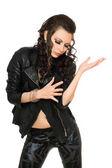 portrét hravé krásné ženy v černých šatech