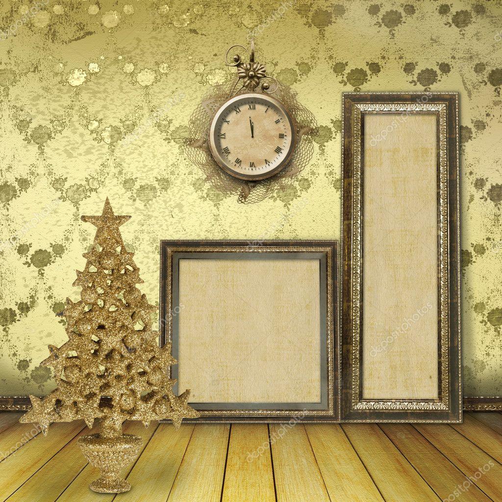 árbol de Navidad en la vieja sala, con marcos de madera para ...