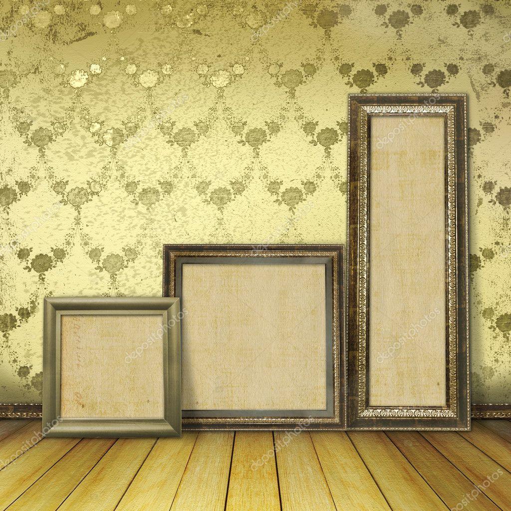 Marcos de madera en la antigua sala con el lujo de restos antiguos ...