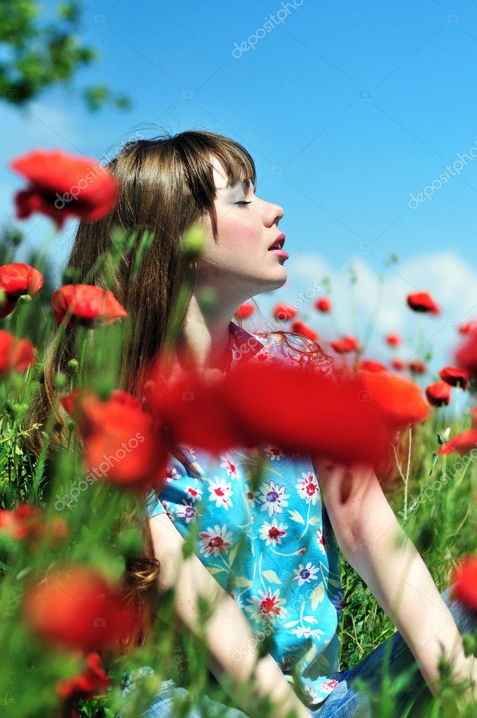 Рыжие девушки в маковом поле #13