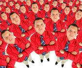 podnikatel v červené tričko s jeho ruce zkřížené, horní pohled