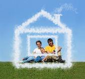 rodina s synem sedí mrak dům na louce koláž