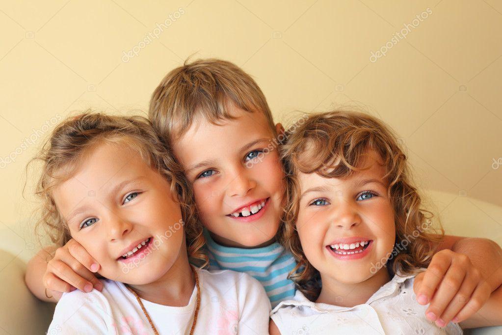 lachen kinder drei zusammen in gem tliche zimmer h bsche zwei m dchen stockfoto paha l 7432360. Black Bedroom Furniture Sets. Home Design Ideas