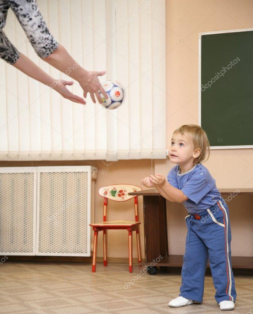 Как ваш ребенок играл в мяч в 3-4 года Хорошо ловил-бросал, отфутболивал