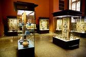 Múzeum kiállításai, a régi emlékek, a vitrinben