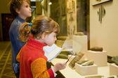 fiú és a kislány, a Történeti Múzeum közelében exhib kirándulás