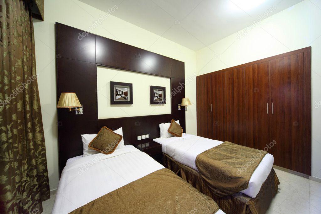 schlafzimmer mit weissen w nden einem schrank und zwei betten berblick stockfoto paha l. Black Bedroom Furniture Sets. Home Design Ideas