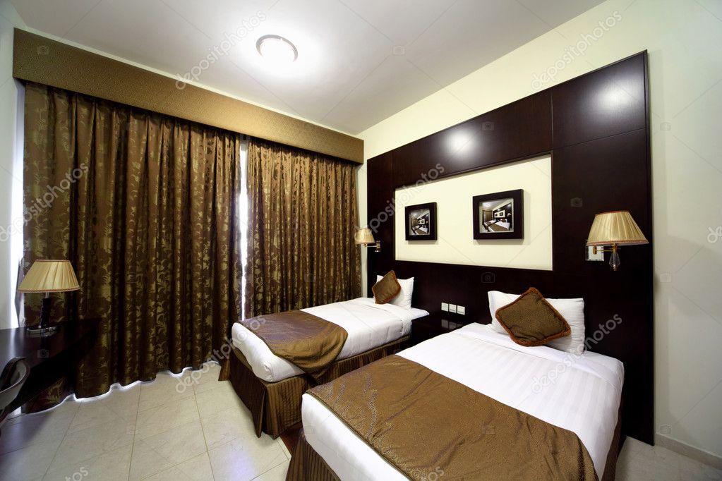 Bed Gordijn 10 : Slaapkamer met witte muren gesloten bruine gordijn en twee bedden