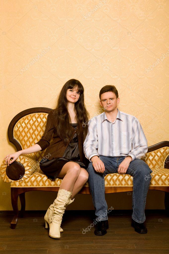 jeune femme belle et jeune homme assis sur un canapé dans ...