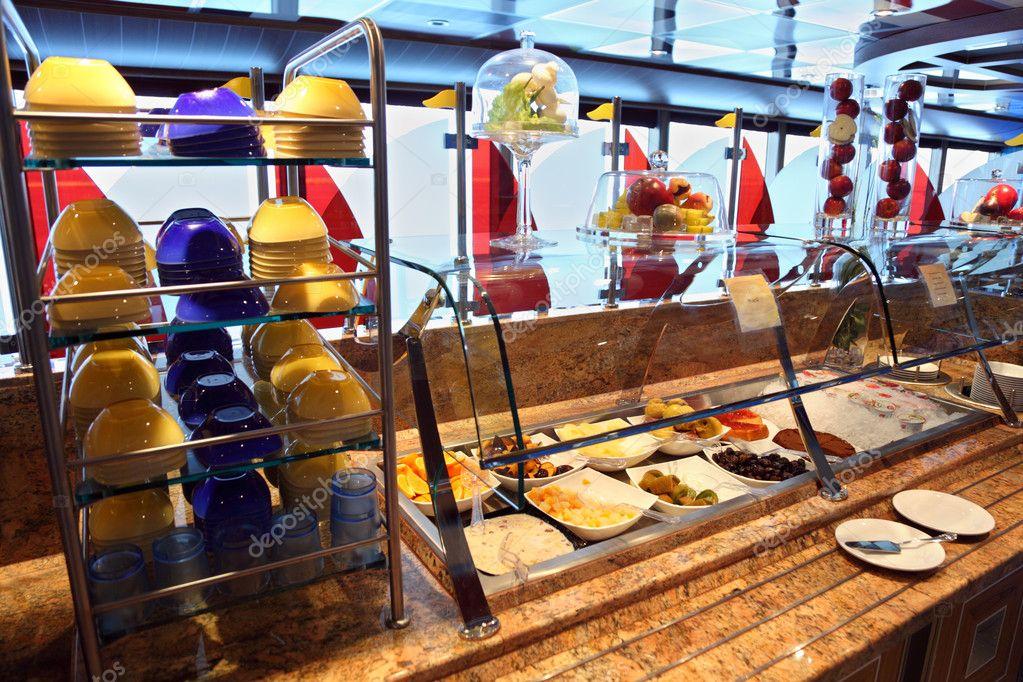 Vetrina con il cibo e la tavola in sala da pranzo sulla for Tavola sala da pranzo
