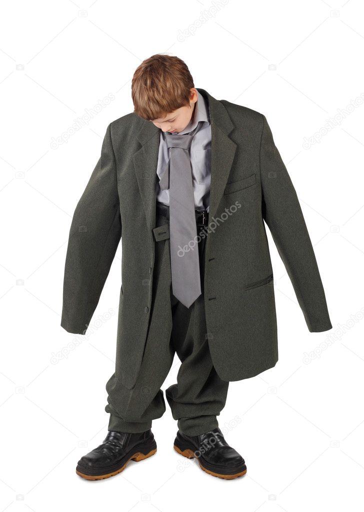 e87bd6dad54 Niño pequeño en el grande hombre gris del traje y botas mirando piso iso —  Fotos