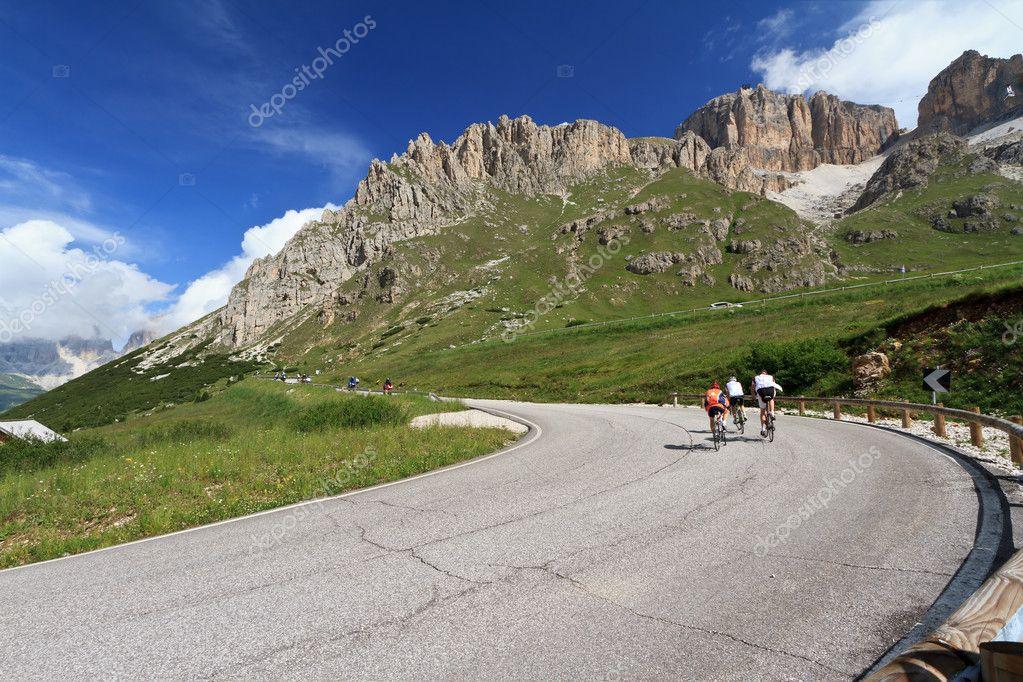 Cyclists on Pordoi road