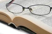 brýle na staré knize opren
