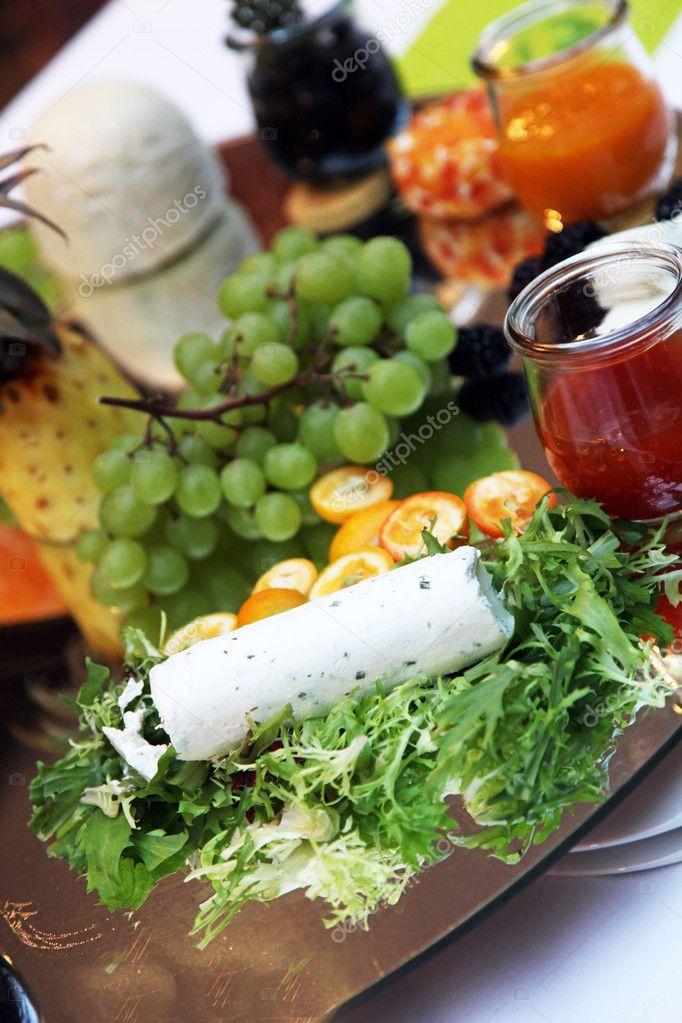 Leckeren Käse Salat Und Weintrauben Stockfoto Farina6000 7570672