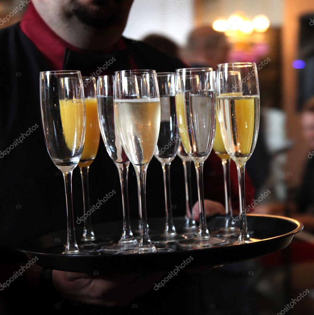 kellner tablett mit sekt und champagner stockfoto farina6000 7956878. Black Bedroom Furniture Sets. Home Design Ideas