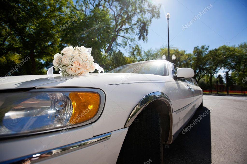 Hochzeitsstrauss Auf Dem Auto Stockfoto C Simplefoto 6997061
