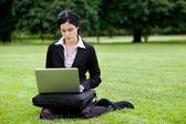 Podnikatelka, pracovat na notebooku