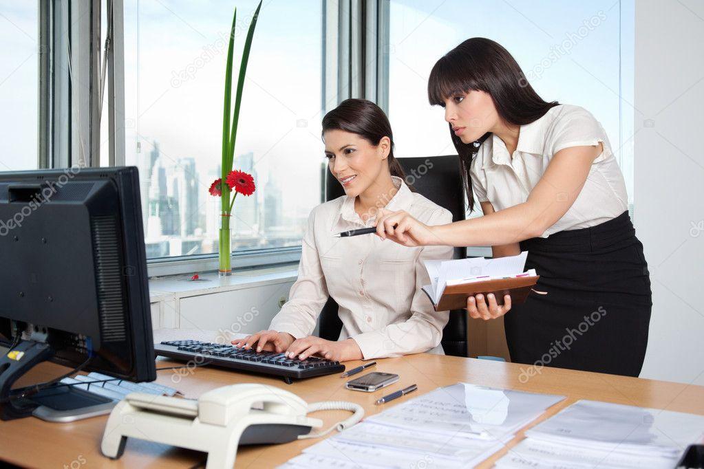 Dos mujeres ejecutivas trabajando en oficina foto de for Xxx porno en la oficina