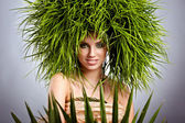 Junge Frau und abstrakt grün haare