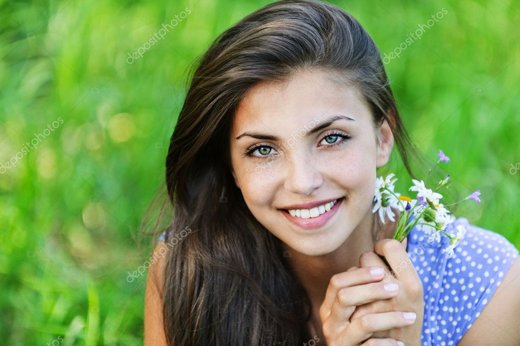 Portrait pretty young woman bouquet wildflowers