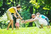 boldog, fiatal pár azok children szórakozni a park