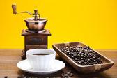 kávová zrna v šálku
