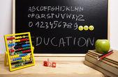 Fényképek ábécé és a betű egy iskolai táblára