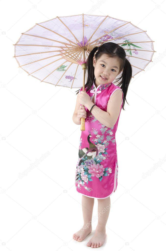 4ea3fd0c4122 Orientální holčička v cheongsam tradiční čínské šaty s umbrell — Fotografie  od ...